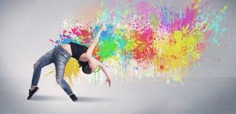 Νέος ζωηρόχρωμος χορευτής οδών με τον παφλασμό χρωμάτων Στοκ Εικόνες
