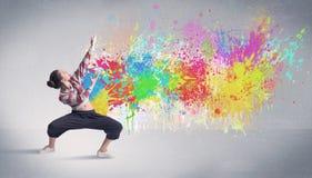 Νέος ζωηρόχρωμος χορευτής οδών με τον παφλασμό χρωμάτων Στοκ Φωτογραφία