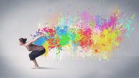 Νέος ζωηρόχρωμος χορευτής οδών με τον παφλασμό χρωμάτων Στοκ εικόνες με δικαίωμα ελεύθερης χρήσης