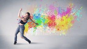 Νέος ζωηρόχρωμος χορευτής οδών με τον παφλασμό χρωμάτων Στοκ φωτογραφίες με δικαίωμα ελεύθερης χρήσης