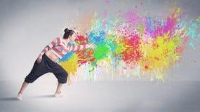 Νέος ζωηρόχρωμος χορευτής οδών με τον παφλασμό χρωμάτων Στοκ φωτογραφία με δικαίωμα ελεύθερης χρήσης