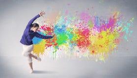 Νέος ζωηρόχρωμος χορευτής οδών με τον παφλασμό χρωμάτων Στοκ Εικόνα