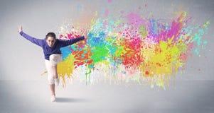 Νέος ζωηρόχρωμος χορευτής οδών με τον παφλασμό χρωμάτων Στοκ Φωτογραφίες