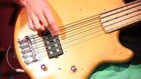 Νέος ηλεκτρικός φορέας κιθαριστών που παίζει τη βαθιά κιθάρα, κινηματογράφηση σε πρώτο πλάνο απόθεμα βίντεο