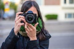 Νέος θέτοντας φωτογράφος γυναικών Στοκ φωτογραφία με δικαίωμα ελεύθερης χρήσης