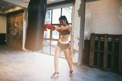 Νέος θηλυκός εγκιβωτισμός ικανότητας κατάρτισης μπόξερ στη γυμναστική, άσκηση fitn Στοκ φωτογραφίες με δικαίωμα ελεύθερης χρήσης