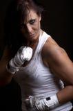 Νέος θηλυκός μαχητής στη μαύρη ανασκόπηση Στοκ Φωτογραφία