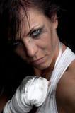 Νέος θηλυκός μαχητής στη μαύρη ανασκόπηση Στοκ Εικόνες