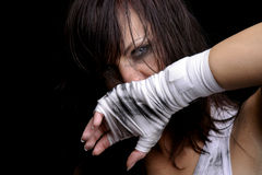 Νέος θηλυκός μαχητής στη μαύρη ανασκόπηση Στοκ Εικόνα