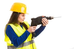 Νέος θηλυκός μηχανικός που χρησιμοποιεί τη μηχανή διατρήσεων Στοκ Φωτογραφία