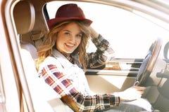 Νέος θηλυκός οδηγός στο αυτοκίνητο στο οδικό ταξίδι Στοκ φωτογραφία με δικαίωμα ελεύθερης χρήσης