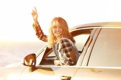 Νέος θηλυκός οδηγός στο αυτοκίνητο στην ακτή ποταμών Στοκ εικόνα με δικαίωμα ελεύθερης χρήσης