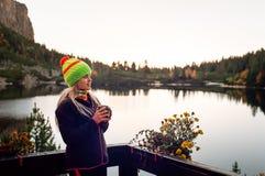 Νέος θηλυκός τουρίστας που απολαμβάνει το ποτό και τη θέα στο pleso Popradske Στοκ εικόνα με δικαίωμα ελεύθερης χρήσης