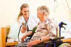 Νέος θηλυκοων πρεσβύτερος νοσοκόμων και στη ιδιωτική κλινική Στοκ Φωτογραφίες