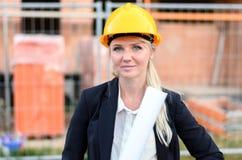 Νέος θηλυκός αρχιτέκτονας σε ένα εργοτάξιο Στοκ Εικόνες
