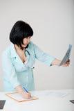 Νέος θηλυκός ασιατικός γιατρός που εξετάζει την ακτίνα X Στοκ φωτογραφία με δικαίωμα ελεύθερης χρήσης
