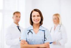 Νέος θηλυκός γιατρός με το στηθοσκόπιο στοκ φωτογραφία