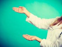 Νέος θηλυκός επαγγελματικός γιατρός που παρουσιάζει διάστημα αντιγράφων Στοκ φωτογραφία με δικαίωμα ελεύθερης χρήσης