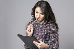 Νέος θηλυκός επιχειρηματίας που σκέφτεται παίρνοντας το αριθ. Στοκ φωτογραφίες με δικαίωμα ελεύθερης χρήσης