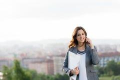 Νέος θηλυκός επιχειρηματίας στην κλήση κινητών τηλεφώνων Στοκ Εικόνες