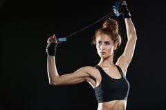 Νέος θηλυκός μαχητής που χρησιμοποιεί τον αποσυμπιεστή Στοκ φωτογραφία με δικαίωμα ελεύθερης χρήσης