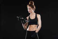 Νέος θηλυκός μαχητής που χρησιμοποιεί τον αλτήρα Στοκ Εικόνα