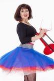 Νέος θηλυκός μουσικός με τον κόκκινο χορό τρομπονιών Στοκ φωτογραφία με δικαίωμα ελεύθερης χρήσης