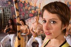Νέος θηλυκός μουσικός Capoeira Στοκ Εικόνες