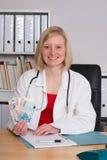 Νέος θηλυκός οικογενειακός γιατρός με τα χρήματα Στοκ Φωτογραφία