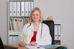 Νέος θηλυκός οικογενειακός γιατρός με τα χρήματα Στοκ φωτογραφίες με δικαίωμα ελεύθερης χρήσης