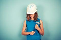 Νέος θηλυκός οικοδόμος με το σφυρί Στοκ Εικόνα