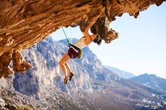 Νέος θηλυκός ορειβάτης βράχου σε έναν απότομο βράχο Στοκ φωτογραφίες με δικαίωμα ελεύθερης χρήσης