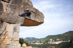 Νέος θηλυκός ορειβάτης σε έναν απότομο βράχο Στοκ Φωτογραφίες