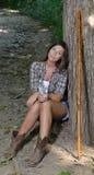 Νέος θηλυκός οδοιπόρος που στηρίζεται στο ίχνος Στοκ Εικόνες
