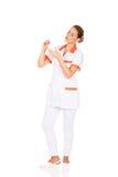 Νέος θηλυκός οδοντίατρος που κρατά έναν πρότυπο και οδοντικό καθρέφτη δοντιών Στοκ εικόνες με δικαίωμα ελεύθερης χρήσης