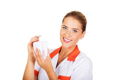 Νέος θηλυκός οδοντίατρος που κρατά έναν πρότυπο και οδοντικό καθρέφτη δοντιών Στοκ φωτογραφία με δικαίωμα ελεύθερης χρήσης