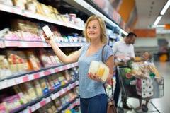 Νέος θηλυκός πελάτης που επιλέγει το τυρί Στοκ φωτογραφίες με δικαίωμα ελεύθερης χρήσης