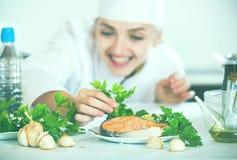 Νέος θηλυκός προϊστάμενος με τα τηγανισμένα ψάρια στο πιάτο Στοκ φωτογραφίες με δικαίωμα ελεύθερης χρήσης