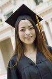 Νέος θηλυκός πτυχιούχος έξω από το πανεπιστημιακό πορτρέτο Στοκ Εικόνες