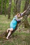 Νέος θηλυκός σαμάνος στα ξύλα Στοκ Εικόνες