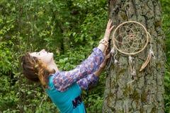Νέος θηλυκός σαμάνος στα ξύλα Στοκ εικόνες με δικαίωμα ελεύθερης χρήσης