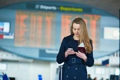Νέος θηλυκός ταξιδιώτης στο διεθνή αερολιμένα Στοκ Εικόνες