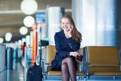 Νέος θηλυκός ταξιδιώτης στο διεθνή αερολιμένα Στοκ Εικόνα
