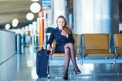 Νέος θηλυκός ταξιδιώτης στο διεθνή αερολιμένα Στοκ εικόνες με δικαίωμα ελεύθερης χρήσης