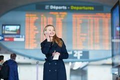 Νέος θηλυκός ταξιδιώτης στο διεθνή αερολιμένα Στοκ φωτογραφία με δικαίωμα ελεύθερης χρήσης