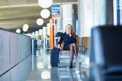 Νέος θηλυκός ταξιδιώτης στο διεθνή αερολιμένα Στοκ φωτογραφίες με δικαίωμα ελεύθερης χρήσης