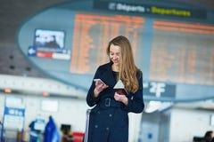 Νέος θηλυκός ταξιδιώτης στο διεθνή αερολιμένα Στοκ Φωτογραφία