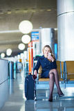 Νέος θηλυκός ταξιδιώτης στο διεθνή αερολιμένα Στοκ εικόνα με δικαίωμα ελεύθερης χρήσης