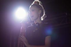 Νέος θηλυκός τραγουδιστής που αποδίδει στο νυχτερινό κέντρο διασκέδασης Στοκ Εικόνες