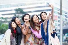 Νέος θηλυκός φίλος που παίρνει selfie στο Χονγκ Κονγκ Στοκ Εικόνες